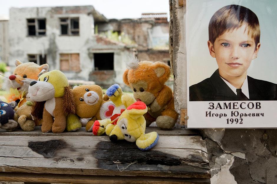 8. ROSJA, Biesłan. Najtrudniejsze spotkanie całej podróży. Szkoła i twarze 300 dzieciaków, które w niej zginęły w czasie ataku terrorystycznego w 2004 roku. (Fot. Anna Alboth)
