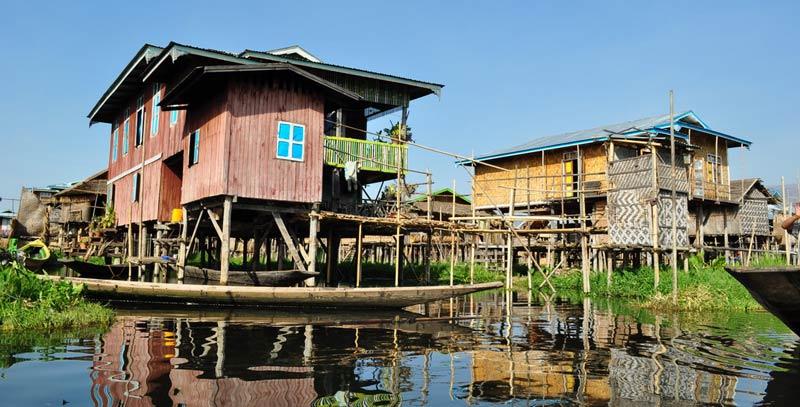 Birma - wioska nad jeziorem Inle.