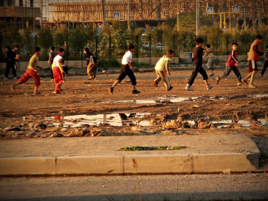 1. IRACKI KURDYSTAN, Erbil. Wszechobecne kurdyjskie dzieci każdy wolny skrawek ziemi zamieniają w boisko do piłki nożnej. (Fot. Katarzyna Komorek)