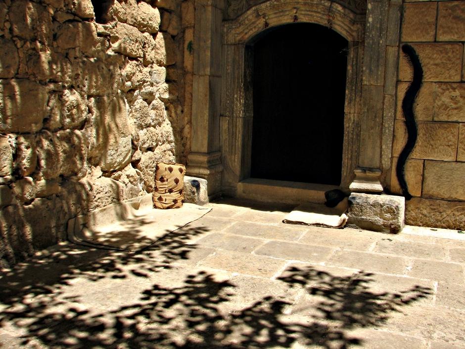 """11. IRACKI KURDYSTAN, Lalesh. Wejście do świątyni Jezydów. Przy wejściu mityczny wąż, który obok pawia jest jednym z symboli tej synkretycznej religii. To m.in. z jego powodu Jezydzi są czasami krzywdząco nazywani """"wyznawcami szatana"""".(Fot. Katarzyna Komorek)"""