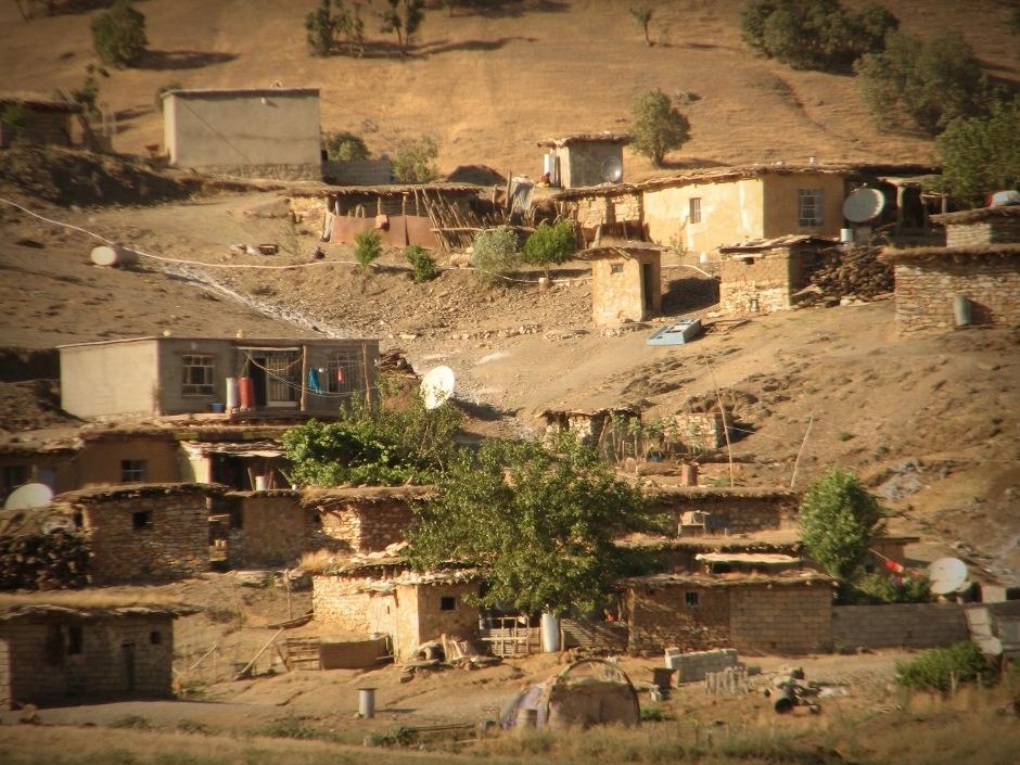 14. IRACKI KURDYSTAN, niedaleko Penjwen. Wioski przy granicy z Iranem. Domy budowane z kamienia i kryte dachem z bali drzewnych, gałęzi i gliny. (Fot. Katarzyna Komorek)