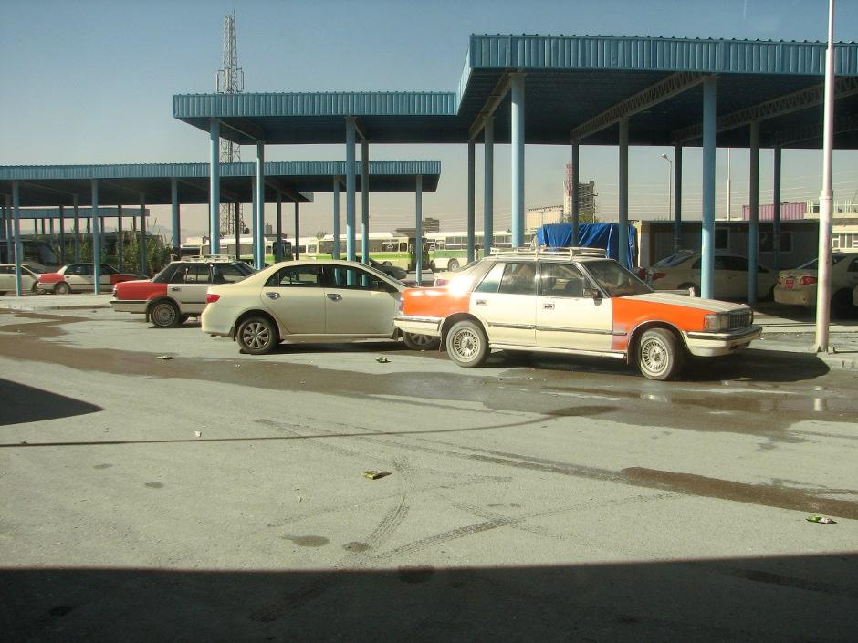 16. IRACKI KURDYSTAN, Suleymaniah. Dworzec autobusowo-taksówkowy. Kierowcy nawołują potencjalnych pasażerów głośno wykrzykując nazwę destynacji. (Fot. Katarzyna Komorek)
