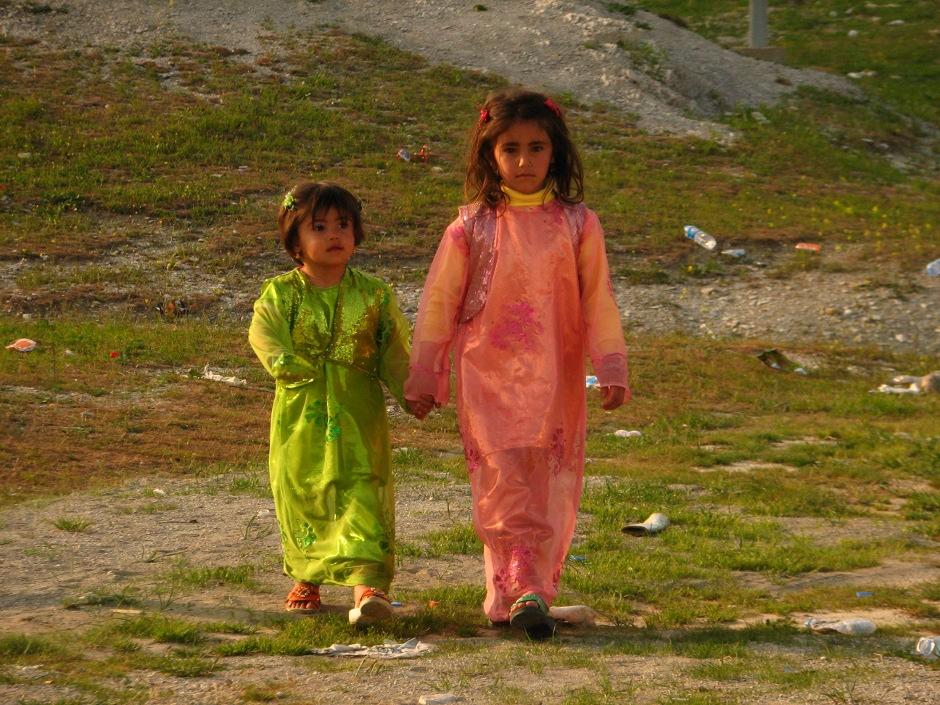 18. IRACKI KURDYSTAN, niedaleko Ranja. Małe dziewczynki również są ubierane w tradycyjne stroje na okazje zabawy weselnej. (Fot. Katarzyna Komorek)