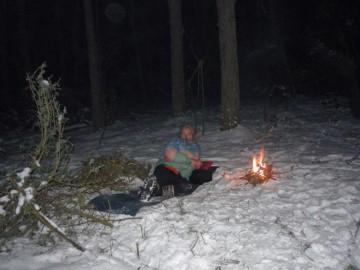 """By przygotować się do wyprawy Wiking urządzał """"spartańskie obozy"""" - spał w lesie pod gołym niebem na śniegu. (www.vikingbuczynski.info)"""