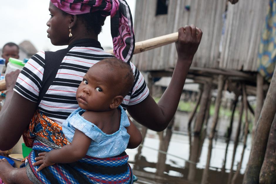3. BENIN, Ganvié. Komunikacja w wiosce odbywa się za pomocą łodzi zwanej piroga, importowanej z Ghany. Całe życie społeczne odbywa się na pokładach, od odbywającego się raz w tygodniu targu, do co miesięcznych spotkań na szczycie władzy. (Fot. Vicente Palacios)