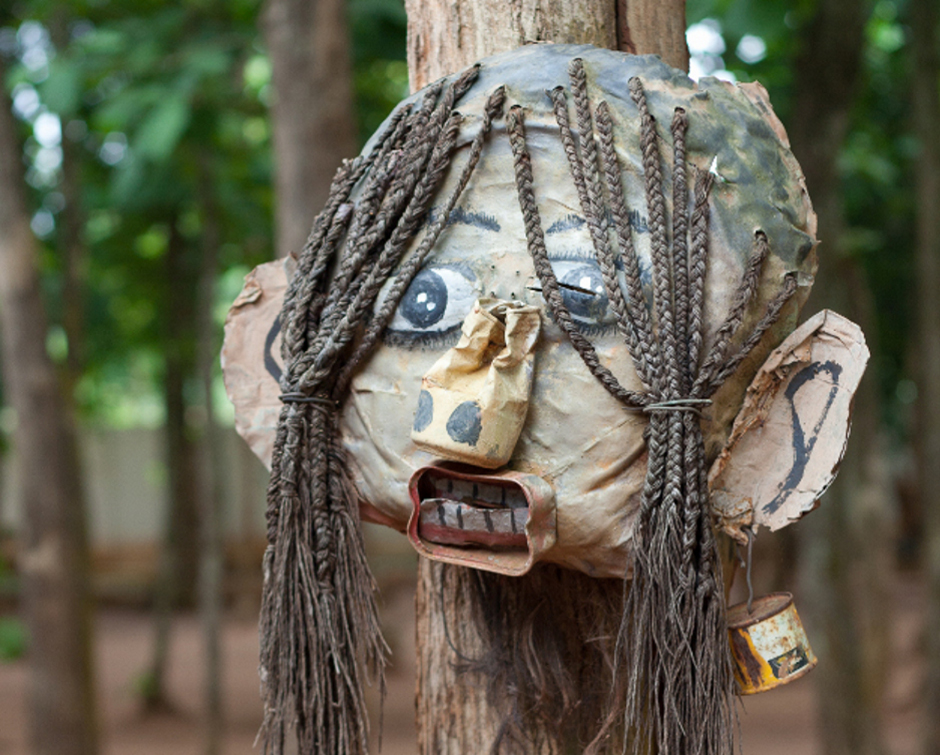 8. BENIN, Abomey. Każdy dom posiada własnych patronów. Zazwyczaj są to przodkowie, bądź duchy ochronne przedstawione w postaci masek lub statuetek. (Fot. Vicente Palacios)