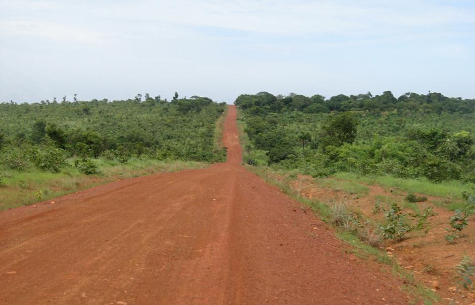 10. BENIN/TOGO. Droga z Natitingou (Benin) do Kandé (Togo). Jedna z najrzadziej uczęszczanych dróg Afryki. Prowadzi na tereny plemienia Somba, które są położone wzdłuż granicy między Beninem, Togo i Burkiną. Zapięczątkujcie tylko swoje paszporty w wiosce najbliżej granicy i droga wolna, to takie Schengen po afrykańsku. (Fot. Vicente Palacios)