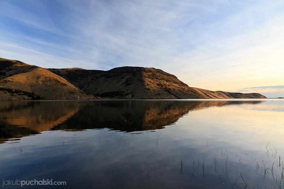 1. NOWA ZELANDIA, Wyspa Południowa, Jezioro Forsyth. Miejsce naszego pierwszego kempingu na dziko. (Fot. Jakub Puchalski)