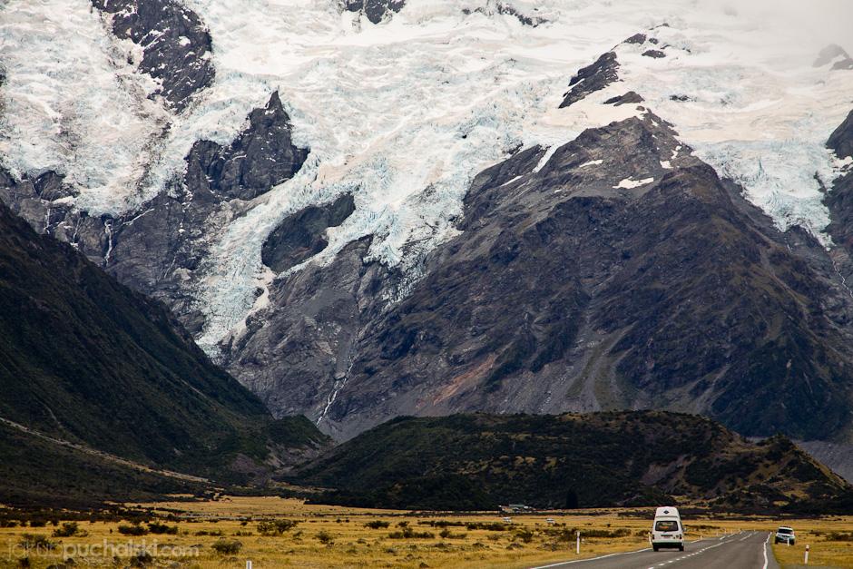 2. NOWA ZELANDIA, Wyspa Południowa, Góra Cooka. Wrażenie wysokości Góry Cooka potęguje fakt, że droga ku niej wiedzie przez zupełnie płaski krajobraz. (Fot. Jakub Puchalski)