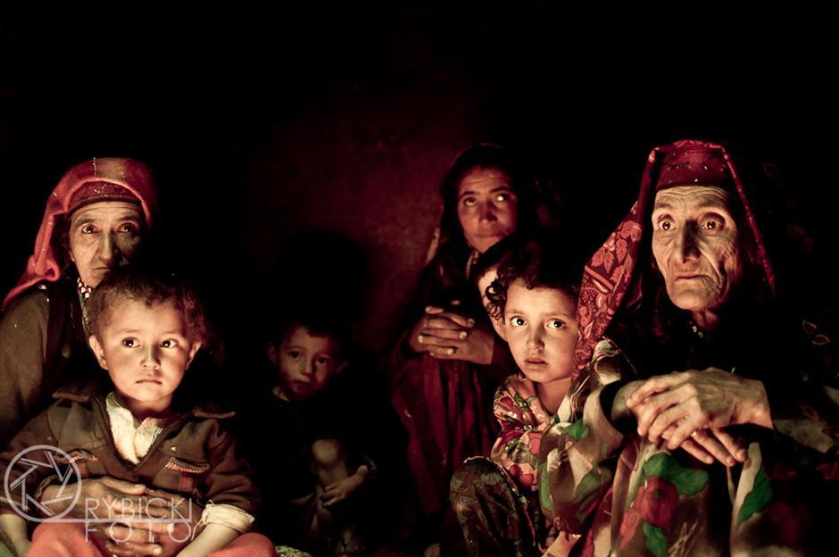 2.AFGANISTAN, prowincja Badachsztan. Typowa afgańska rodzina w swoim domostwie.
