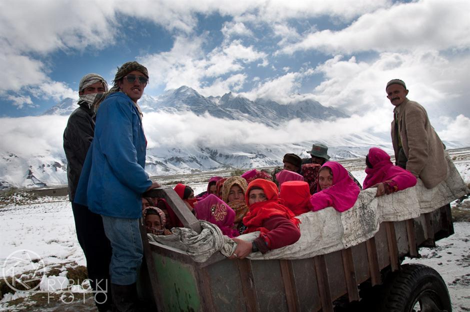 13. AFGANISTAN, prowincja Badachsztan. Wrzesień 2010 r. Kobiety są wiezione do punktu wyborczego, gdzie zagłosują w wyborach parlamentarnych. (Fot. Jakub Rybicki)