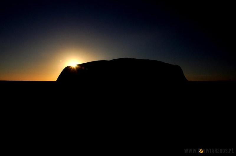 Wschód słońca nad Uluru. (Fot. www.loswiaheros.pl)
