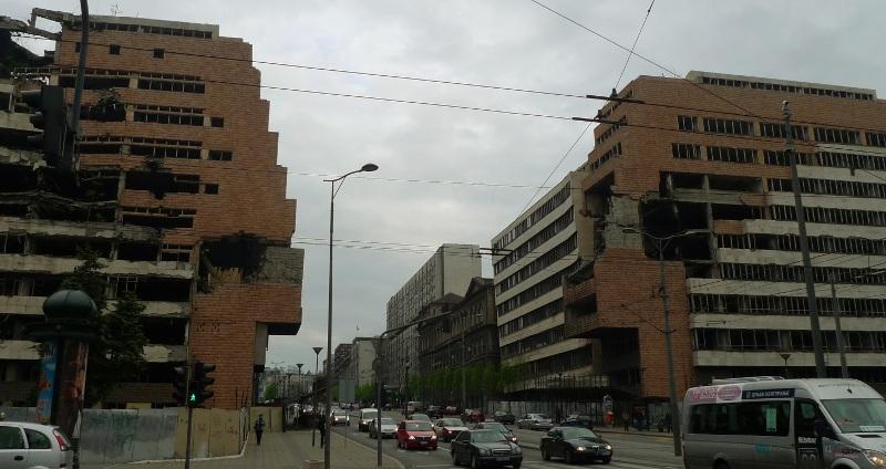 Może nie jest to klasyczne piękno architektury, ale warto zwrócić uwagę, by dowiedzieć się czegoś więcej. Te budynki w centrum Belgradu przypominają o bombardowaniach sprzed dziesięciu lat. (Fot. Jagoda Pietrzak)