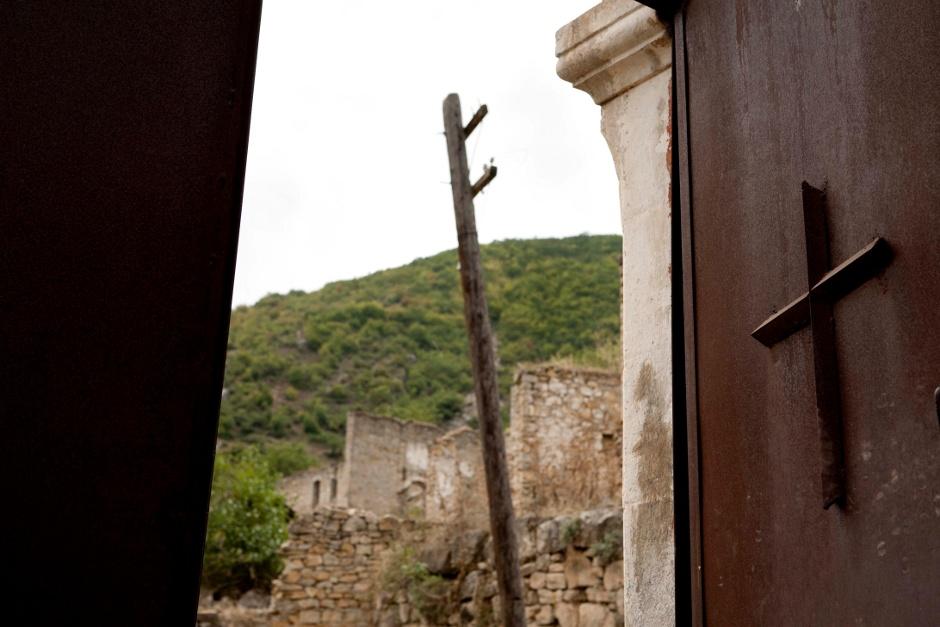 15. GÓRSKI KARABACH. Na południu kraju. Kolejna, w połowie puściuteńka wioska. (Fot. Thomas Alboth)