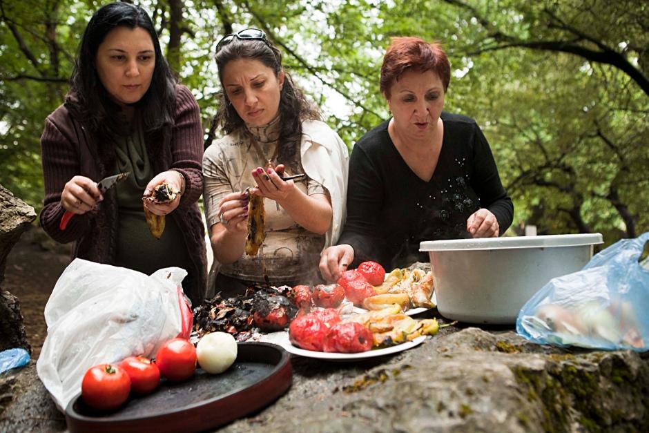 20. GÓRSKI KARABACH. A pod drzewem rodzinny piknik. Żony ormiańskich żołnierzy opowiadają historie. (Fot. Thomas Alboth)