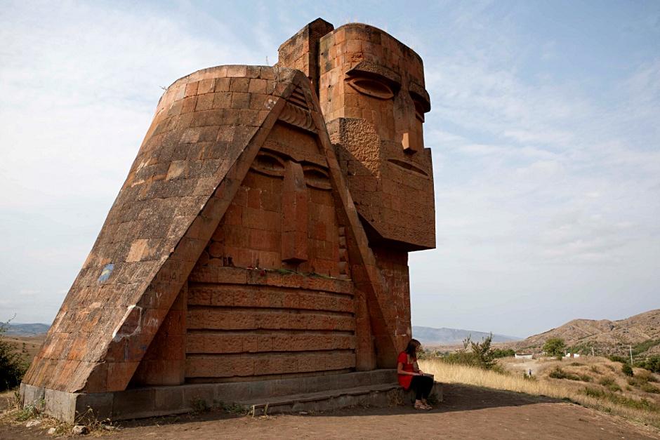 23. GÓRSKI KARABACH, Stepanakert. Pomnik narodowej dumy: My i nasze Góry. Na serio tak się nazywa. (Fot. Thomas Alboth)