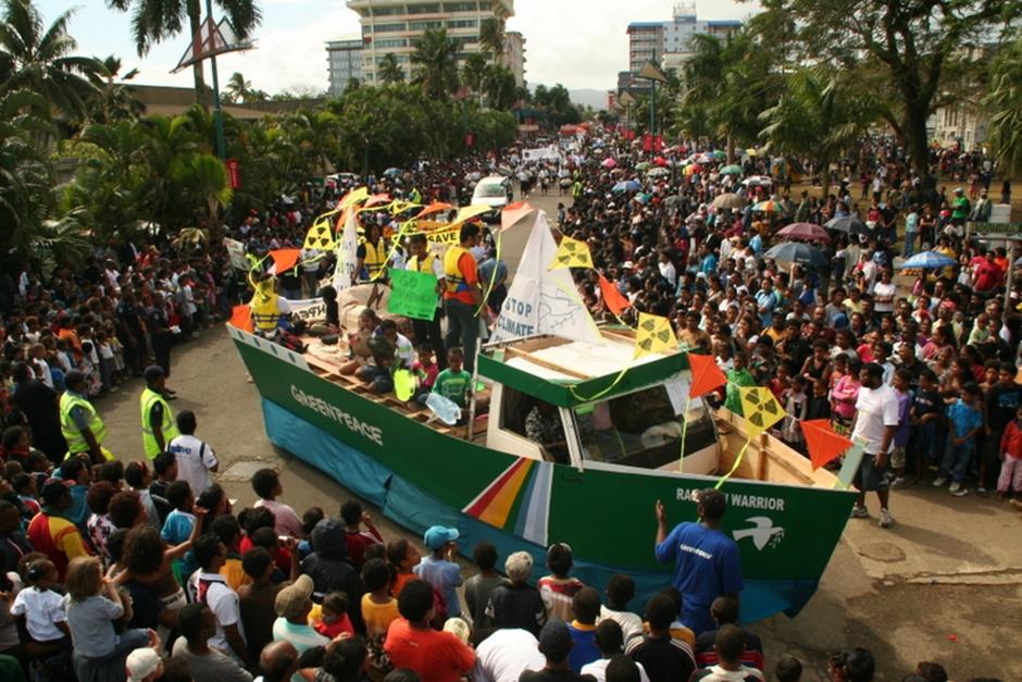 15. FIDŻI, Suva. Kolejnym dosyć ważnym elementem festiwalowego repertuaru jest parada przez miasto, mająca swój finał pod główną sceną, w Albert Parku. (Fot. Tomek Biskup)