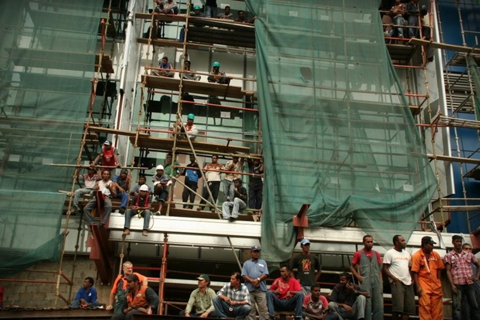 17. FIDŻI, Suva. W czasie trwania parady większość mieszkańców przerywa swoje zajęcia, próbując chociaż przez chwilę uczestniczyć w widowisku. (Fot. Tomek Biskup)