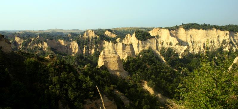 Widok na piaskowe skały Melnika, na których rośnie najlepsze bułgarskie wino. (Fot. Kasia Boni)