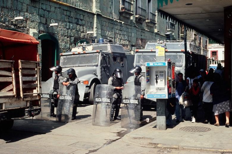 Policyjna barykada. Nas wpuszczono na plac bez problemu. (Fot. Marcin Kruczyk)