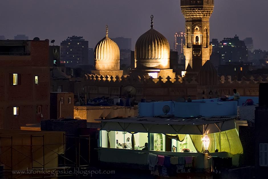 5. EGIPT, Kair. W pierwszych dniach Ramadanu iftar spożywa się w gronie rodziny. Bracia, siostry, rodzice i dzieci odwiedzają się nawzajem, więc co wieczór iftar odbywa się w innym domu. Jest to czas, kiedy zazwyczaj zatłoczone kairskie ulice wyludniają się. (Fot. Anna Krukowska)