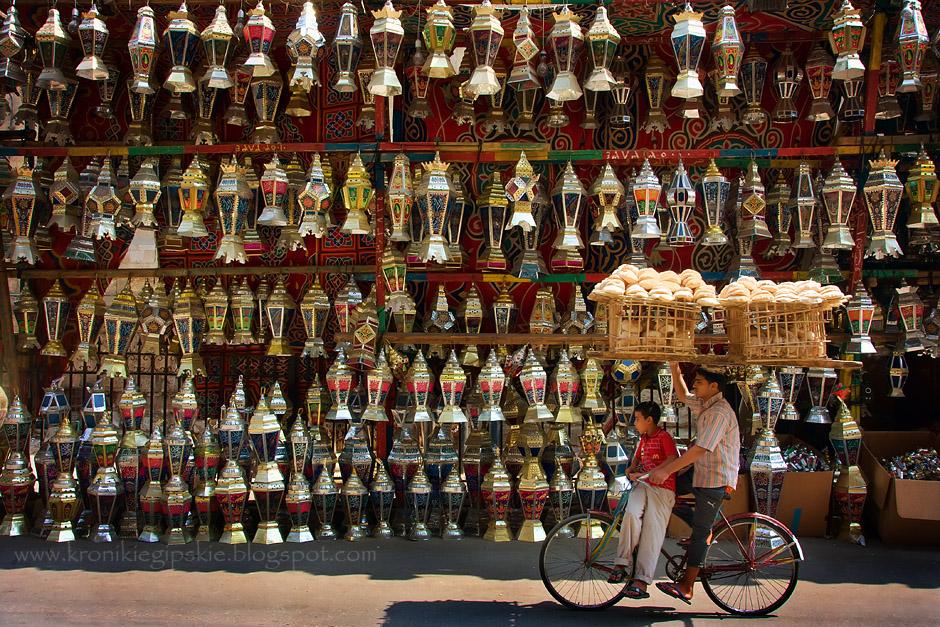 7. EGIPT, Kair. Tak jak rowerzyści przewożący na głowie kosze z chlebem-kieszonką są wizytówką Kairu, tak fanoose – tradycyjne lampy są znakiem rozpoznawczym Ramadanu w Egipcie. Jedna z opowieści mówi, że Al Hakim Bi-Amr Illah – kalif z dynastii Fatymidów chciał oświetlić Kair w czasie Ramadanu, dlatego wezwał sheikhów w meczetach do rozwieszenia na ulicach roświetlonych świecami lamp. Od tego czasu fanoose co roku towarzyszą Egipcjanom podczas Ramadanu. Uliczne sklepy z fanoose pojawiają się mniej więcej miesiąc przed jego rozpoczęciem. (Fot. Anna Krukowska)
