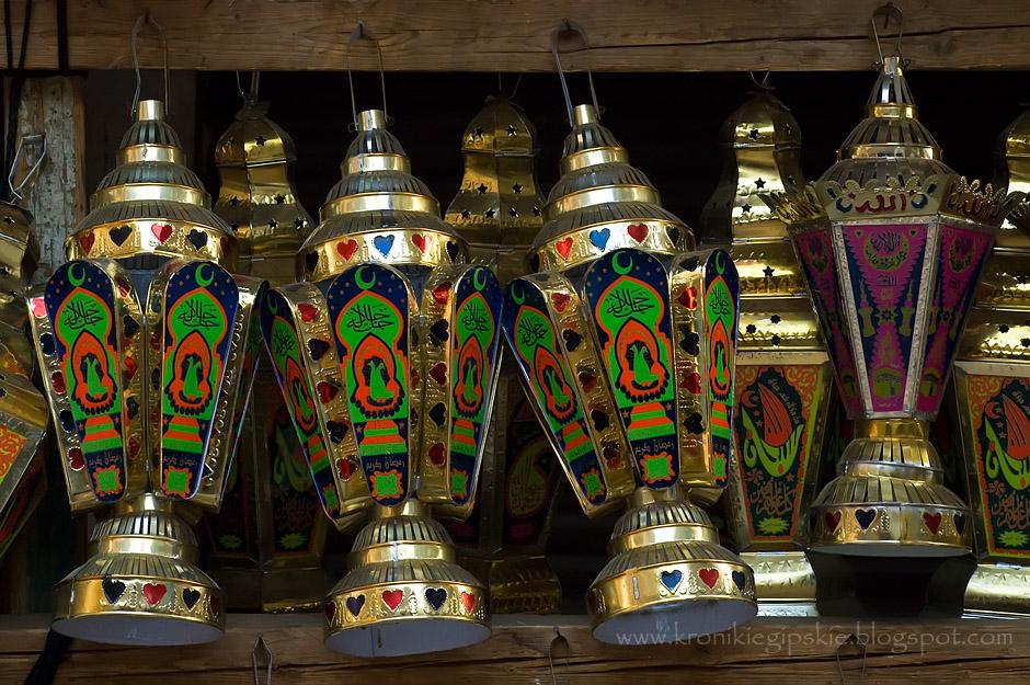 8. EGIPT, Kair. Tradycyjne Ramadanowe lampy wykonywane są ręcznie z metalu i szkła z kolorowym nadrukiem. Lampy wiesza się na drzewach, balkonach, ogrodzeniach domów oraz na ulicach. Dzięki temu po zmierzchu panuje naprawdę świąteczna atmosfera. (Fot. Anna Krukowska)