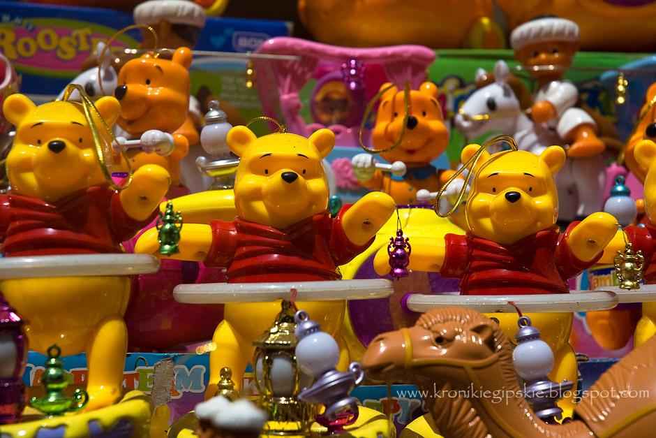 10. EGIPT, Kair. Niestety tradycyjne lampy coraz częściej wypierane są przez tanie i niezmiernie hałaśliwe chińskie zabawki. Dostępne są małe latarnie zasilane bateriami, lampy – księgi, w których po przyciśnięciu przycisku można wysłuchać wybranych wersetów z Koranu, czy wielbłądy lub Kubusie Puchatki trzymające maleńkie fanoose. Ubiegłorocznym hitem okazały się postacie piłkarzy trzymających Ramadanowe lampy. (Fot. Anna Krukowska)