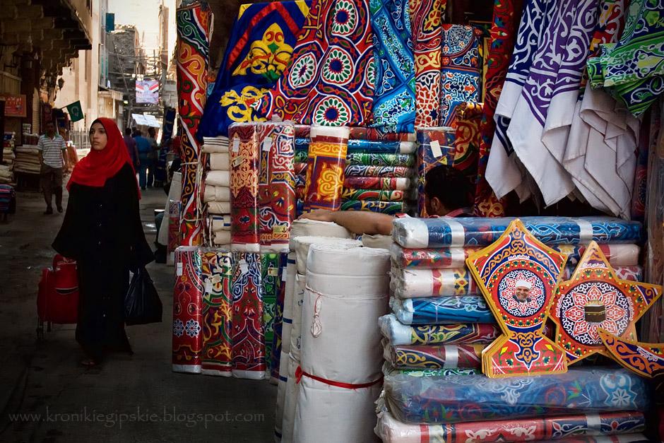 11. EGIPT, Kair. Przygotowania do Ramadanu rozpoczynają się z wyprzedzeniem: na ulicach pojawiają się sklepy z fanoose oraz tradycyjnymi tkaninami, których wzory pozostały niezmienne od czasów, kiedy karawany z wykonanymi z nich namiotami wyruszały spod Bab Zuweila w Kairze do Mekki. (Fot. Anna Krukowska)