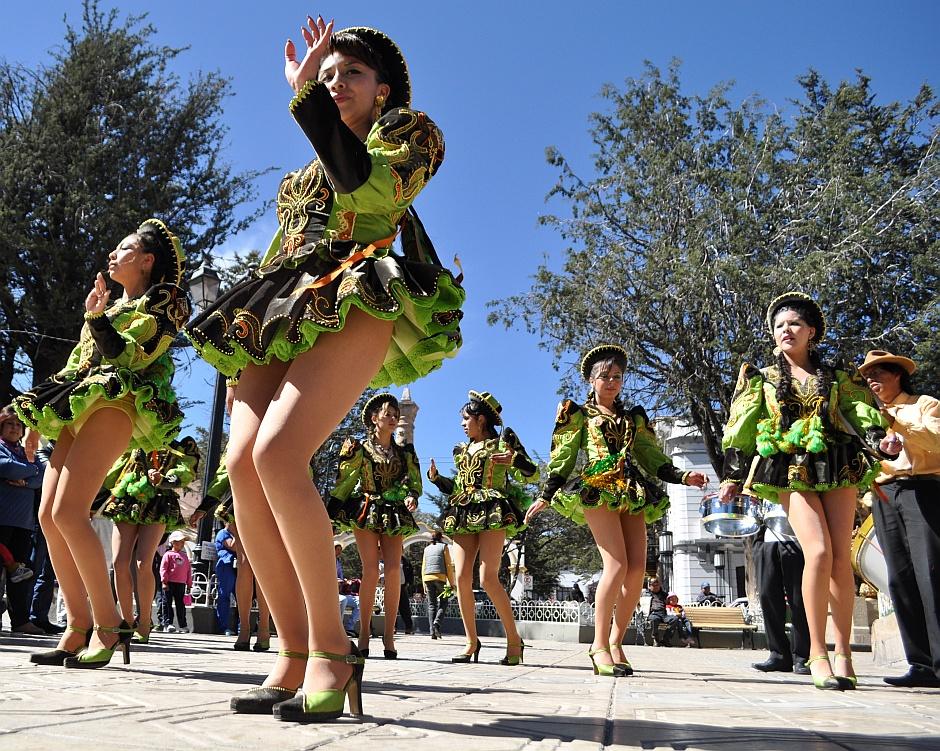 13. Boliwia, Potosi. …na którym dziewczynki w przykrótkich spódniczkach kręciły pupami (koncept tańcowania taki sam, jak na Isla del Sol, tylko prezencja inna)... (Fot. Maja Szymańczak)