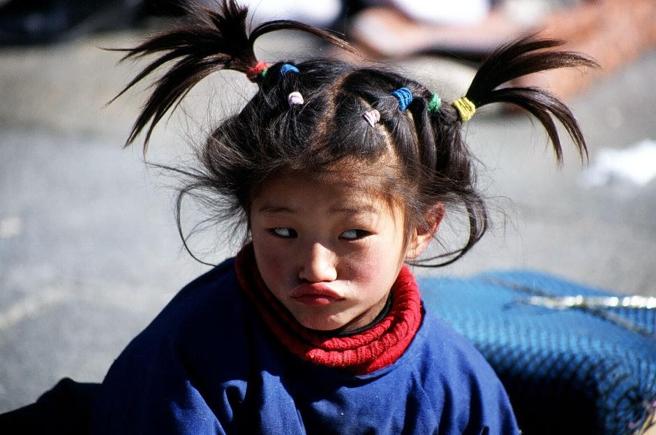 Zdjęcia z Tybetu. Dziecko na ulicy Lhasy