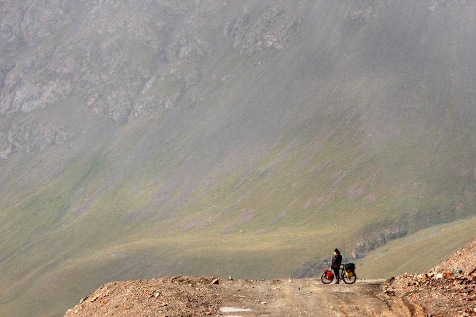 Zdjęcia z Kirgistanu. Krajobraz na północ od miejscowości Engilczek