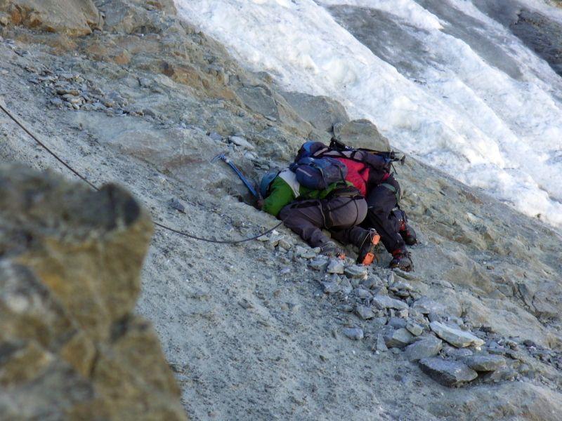 Dwoje alpinistów atakowanych przed spadające kamienie. (Fot. Marcin Fabiszewski)
