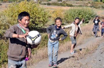 Nepal, Jharkot. Tym dzieciakom trzeba wybudować szkołę. (Fot. Robb Maciag)