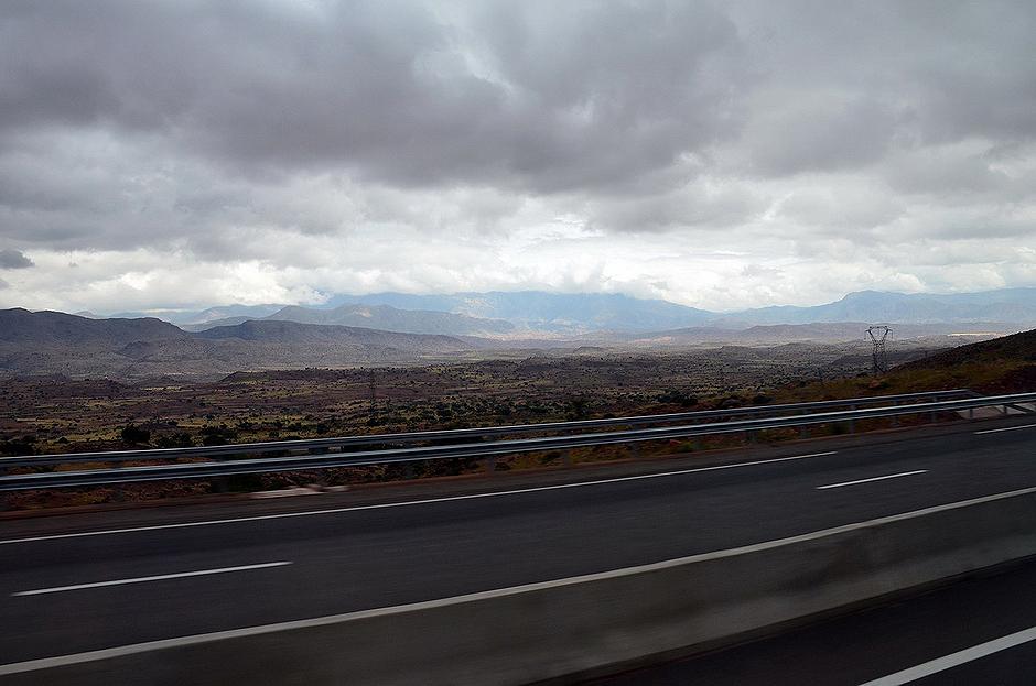 14. MAROKO, Atlas Wysoki. Pasmo gór Atlas widziane z drogi przecinającej Maroko na osi wschód - zachód. Sieć komunikacyjna Maroko jest dobrze rozwinięta. (Fot. Kuba Adamiec)