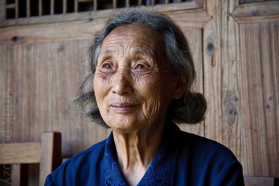 Starsza kobieta, mieszkanka wioski w Chinach