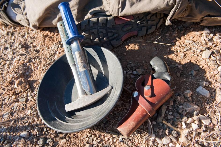 Wydobywanie skarbów jest często nielegalne. Podstawowy zestaw poszukiwacza na pustyni (Fot. Tomek Michniewicz)