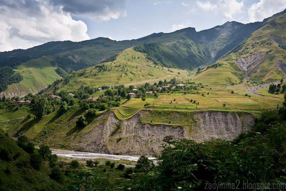1. GRUZJA, Gruzińska Droga Wojenna. Wraz z oddalaniem się od Tibilisi droga cały czas pnie się do góry, aż do Przełęczy Krzyżowej - 2395m n.p.m. (fot. Michał Popławski)