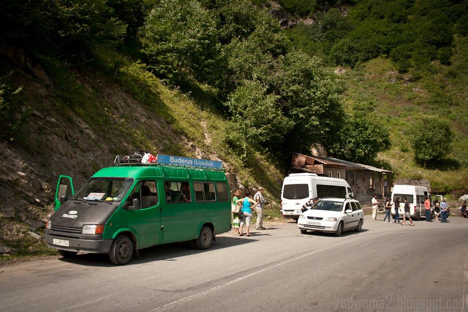 2. GRUZJA, Gruzińska Droga Wojenna. Jakieś 60% samochodów w Gruzji to stare Transity. (fot. Michał Popławski)