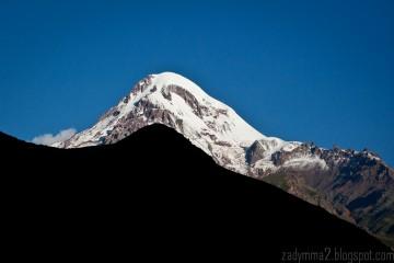 4. GRUZJA, Kazbegi. O taki widok nie jest łatwo - Kazbek jest najwyższy w okolicy i strasznie sciąga chmury. (fot. Michał Popławski)