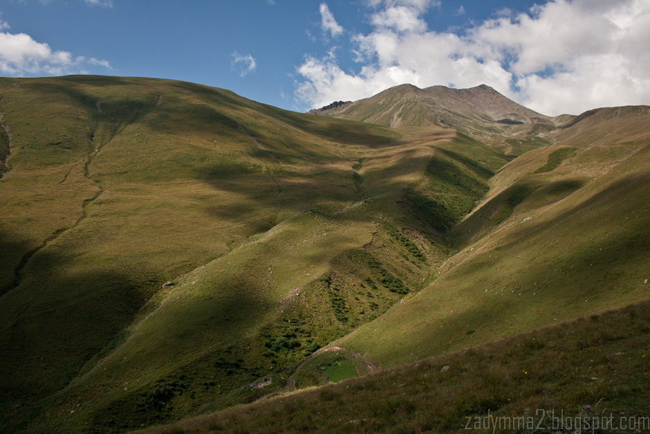 6. GRUZJA, Kazbek. Po jednej stronie doliny górskie hale (...). (fot. Michał Popławski)