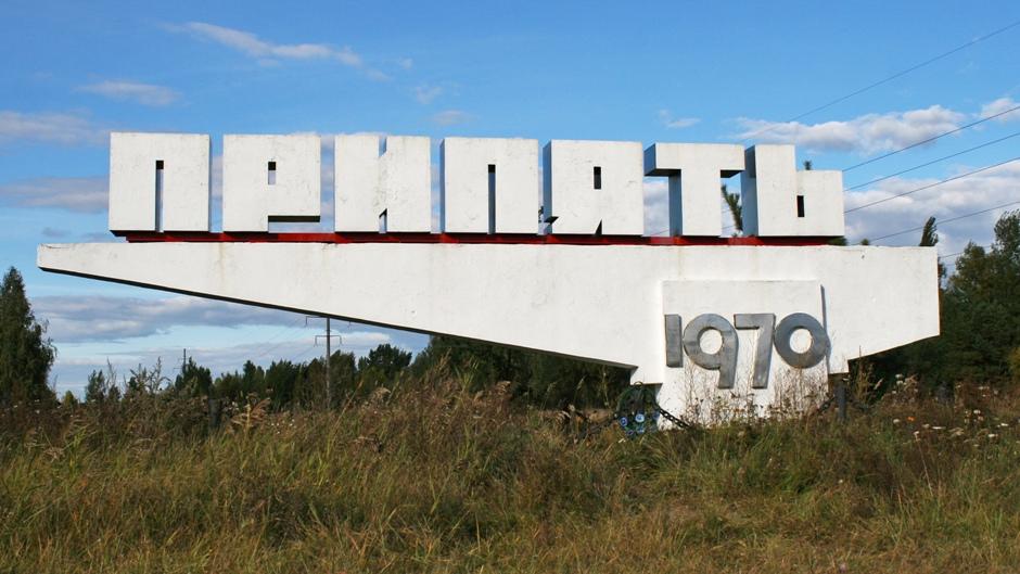 1. UKRAINA, Prypeć. Pomnik upamiętniający założenie miasta w 1970 r. Funkcjonowało ono jedynie 16 lat - do awarii reaktora w Elektrowni Atomowej Czarnobyl w 1986 r. (Fot. Ewa Serwicka)