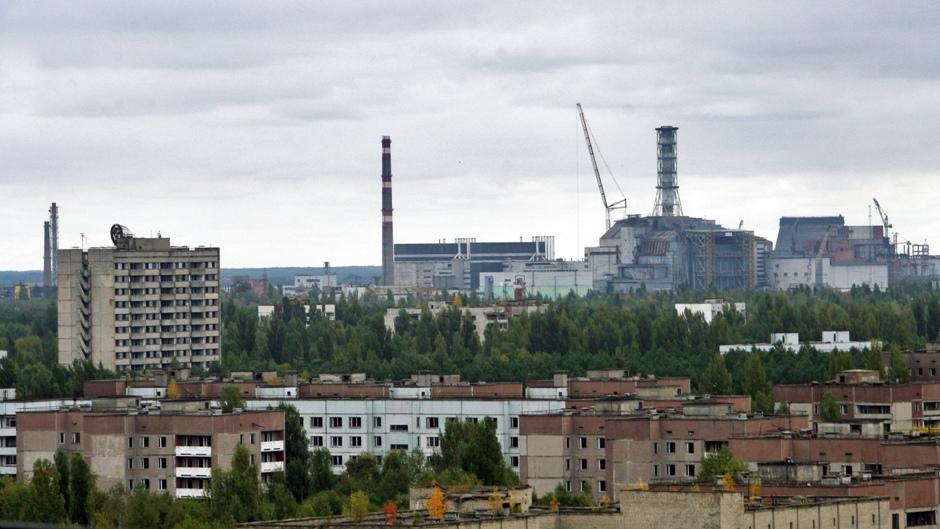2. UKRAINA, Prypeć. Z 16. piętra wieżowca dostrzec można sylwetkę bloku 3. i 4. elektrowni leżącej 4 km od miasta. Można powiedzieć, ze Prypeć znajdowała się niemalże w jej cieniu. (Fot. Ewa Serwicka)