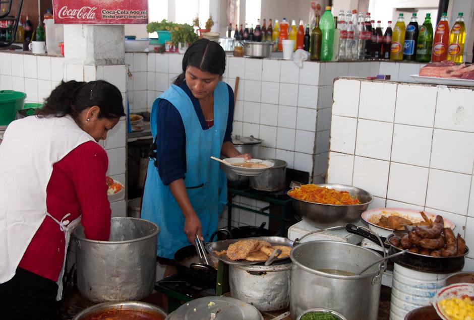 18. BOLIWIA, Sucre. Niech będzie sopa de mani (czyli zupa z fistaszków) i chorizo (czoriso - kiełbaski) z papas fritas (frytki). (Fot. Piotr Horzela)