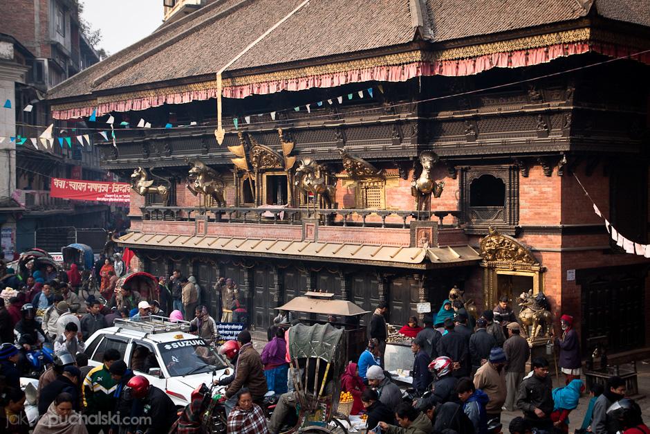 Kilkusetletnie nepalskie świątynie poprzetykane wąskimi ulicami.