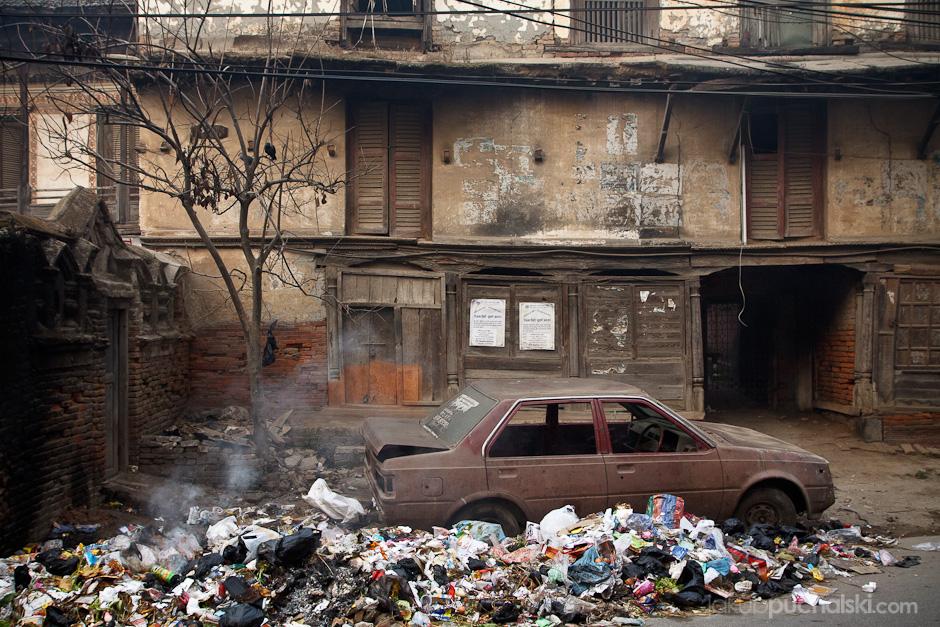 Śmieci na ulicy Katmandu.