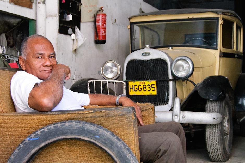 Wiekowe pojazdy na ulicach kubańskich miast.