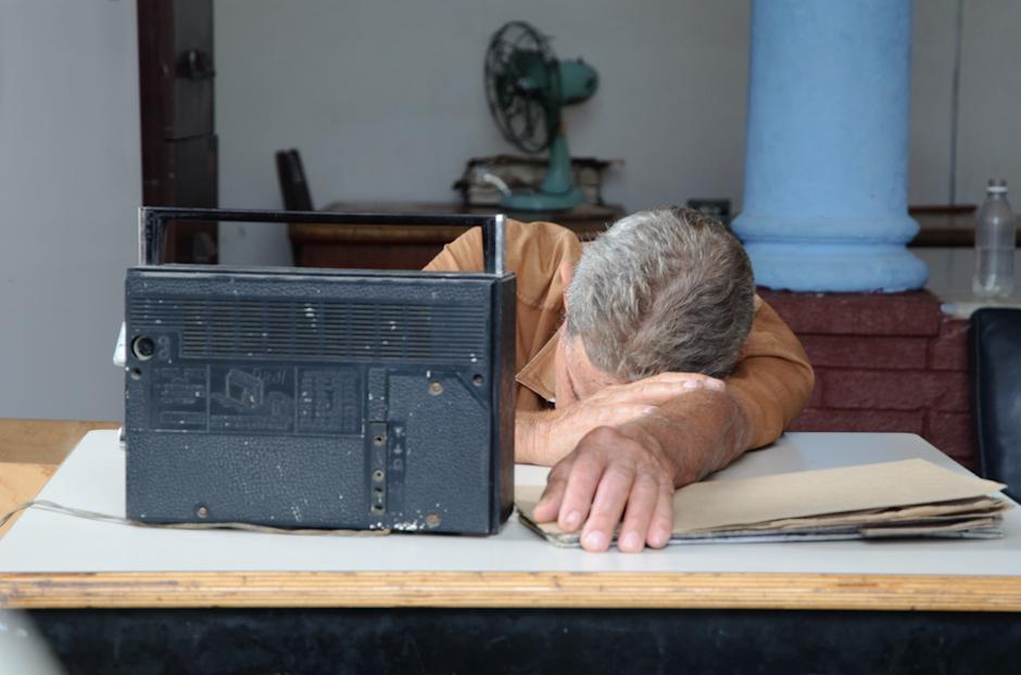 Czy się stoi czy się leży? Kubańczyk śpiący podczas pracy.