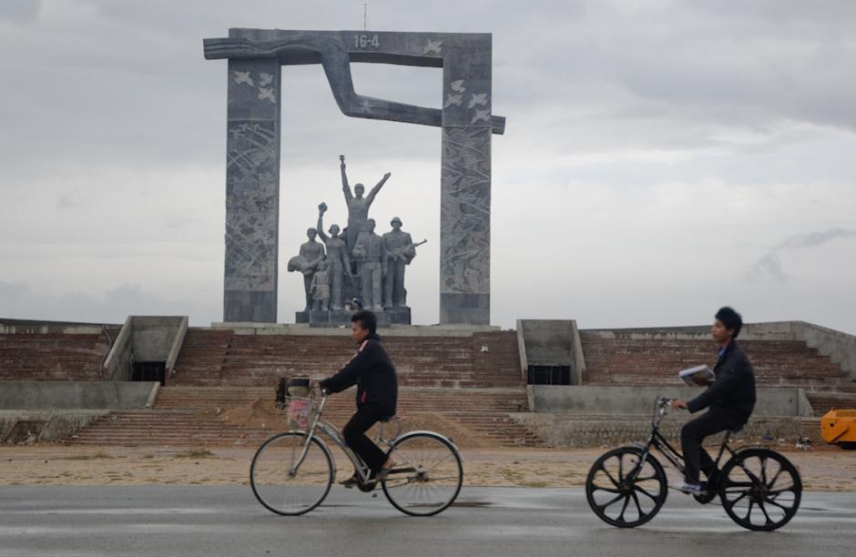 Wietnamski pomnik bohaterów rewolucji.