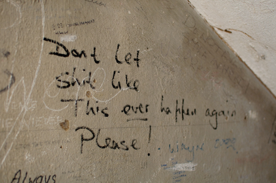 Napis na ścianie Muzeum Tuol Sleng w Phonom Penh.